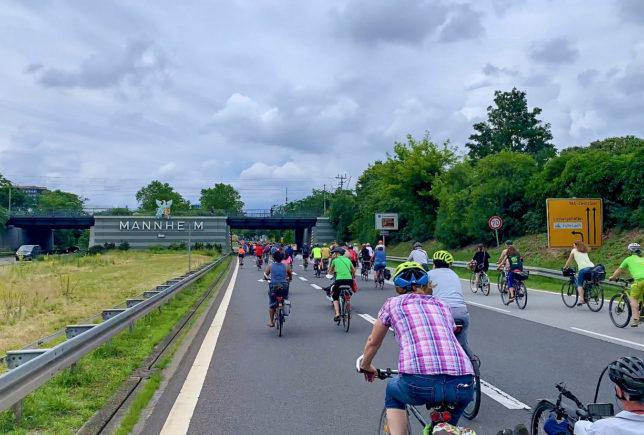 Radfahrer*innen auf der Autobahn A656 nach Mannheim